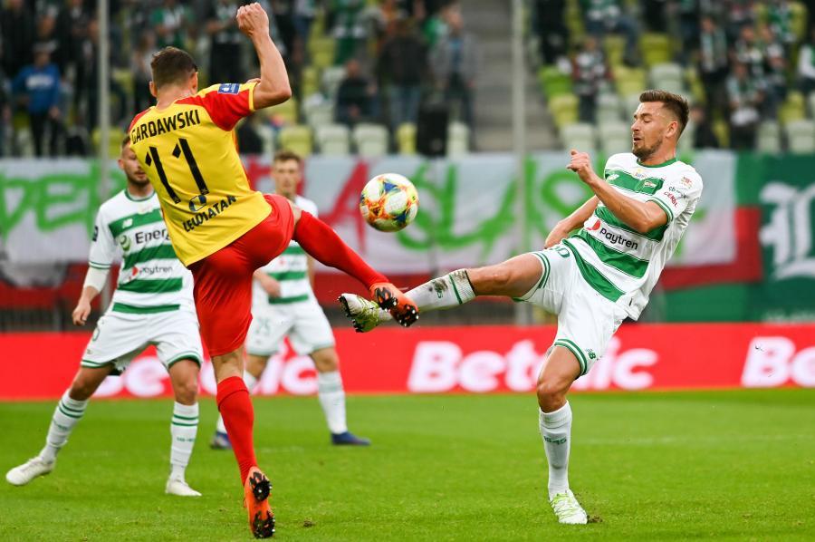 Zawodnik Lechii Gdańsk Artur Sobiech (P) i Michael Gerdawski (L) z Korony Kielce podczas meczu 9. kolejki piłkarskiej Ekstraklasy