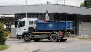 Ciężarówka wywożąca odpady z oczyszczalni ścieków Czajka