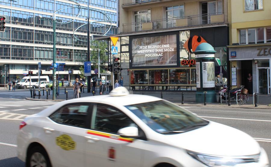 Filmy przygotowało Biuro Ruchu Drogowego Komendy Głównej Policji we współpracy z właścicielem ekranów, na których są wyświetlane - firmą Screen Network