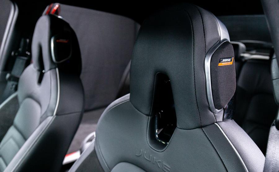 Bajer znany z Micry, czyli system audio Bose. Jego niezwykłość polega na dwóch głośnikach wbudowanych w zagłówek fotela kierowcy - w ocenie konstruktorów mają one zapewnić \