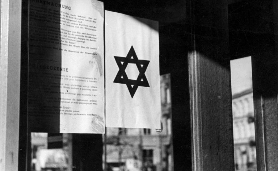 Tramwaj przeznaczony tylko dla Żydów. Widoczne obwieszczenie i gwiazda Dawida naklejone na szybie