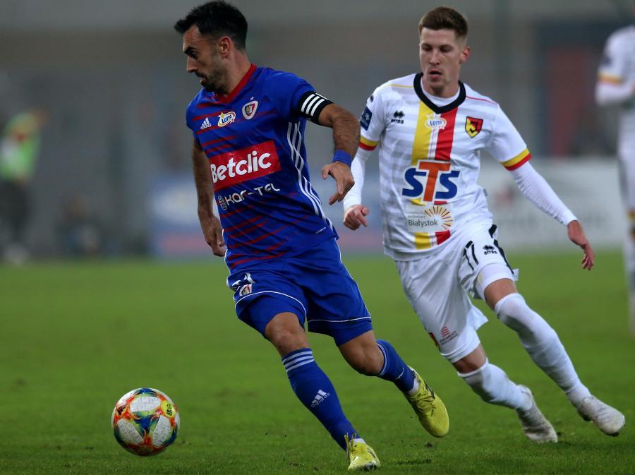 Piłkarz Piasta Gliwice Gerard Badia (L) i Ivan Runje (P) z Jagiellonii Białystok podczas meczu Ekstraklasy