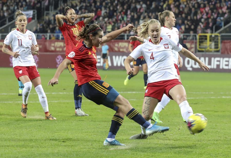 Polka Paulina Dudek (P) i Hiszpanka Mariona Caldentey (C) podczas meczu eliminacyjnego piłkarskich mistrzostw Europy