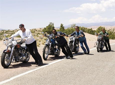 Pictured: John Travolta, Martin Lawrence, Tim Allen, and William H. Macy in a scene from WILD HOGS, directed by Walt Becker.  GANG DZIKICH WIEPRZYFOT. FORUM FILM