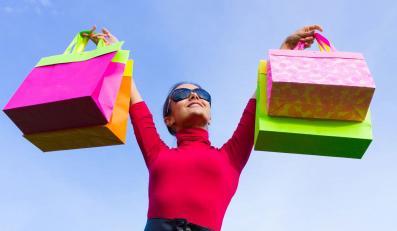 Wyprzedaże i promocje lekiem na kłopoty sklepów odzieżowych