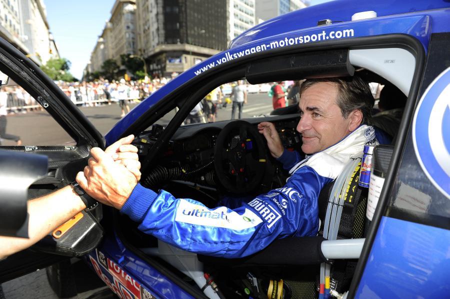 Carlos Sainz prowadzi wśród samochodów
