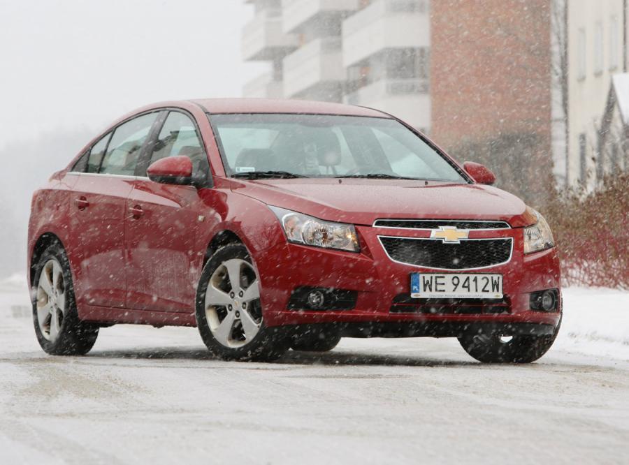 Skonstruowany od podstaw cruze poza wyglądem , od wcześniejszych europejskich modeli Chevroleta, wyróżnia się też lepszym prowadzeniem. Krótko mówiąc ten element jest bardziej europejski niż wskazywałby na to wygląd auta.