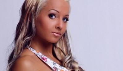 """""""Sexy Cora"""" zmarła po operacji powiększania piersi. Źródło: sexycora.com"""