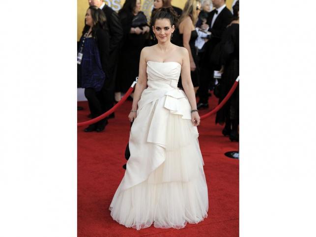 Zachwycająca Winona Ryder w sukni godnej księżniczki. Nic dziwnego, to kreacja ślubna z wiosennej kolekcji Alberty Ferretti. Czarna torebka i kolor włosów kontrastowały z bielą sukni. Do tego - biżuteria Vram for Gray.