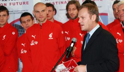 Premier Tusk powitał piłkarzy na lotnisku