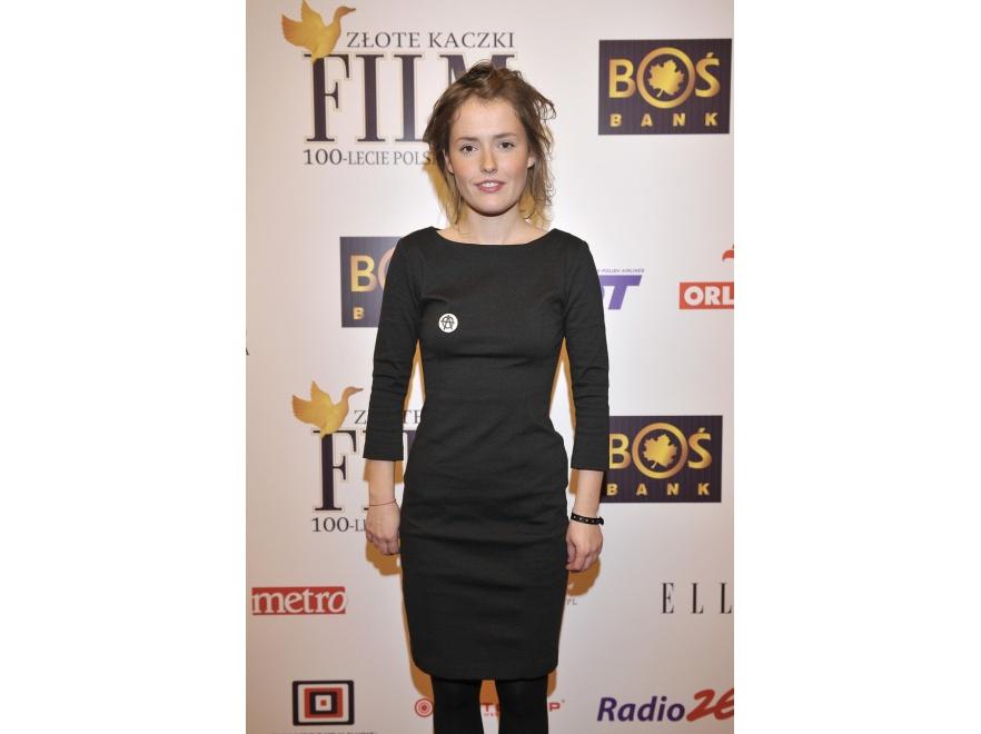 Olga Frycz nawet elegancką małą czarną łączy z niedbałą fryzurą