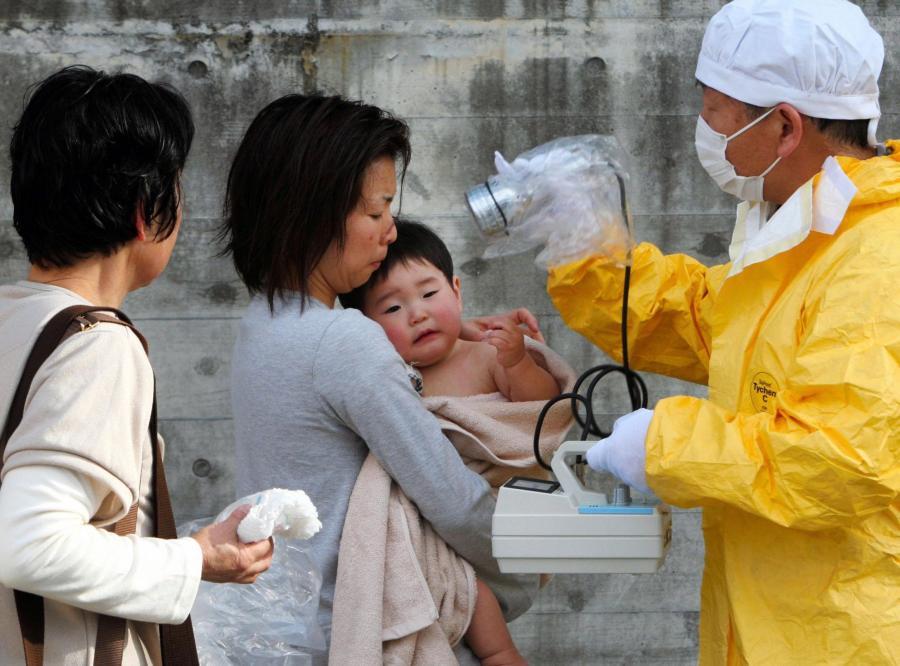 Lekarz bada matkę z synem w wiosce Kawamata w prefekturze Fukushima