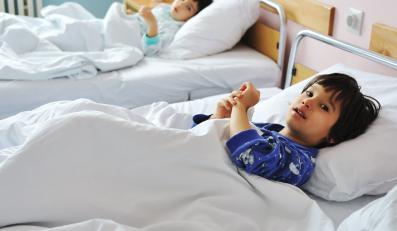 Do szpitali trafiają dzieci z nietypowym zapaleniem płuc