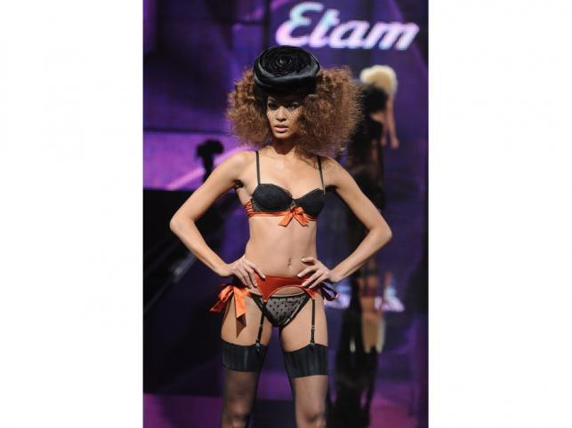 Pończochy i kolor na pokazie nowej kolekcji bielizny marki Etam