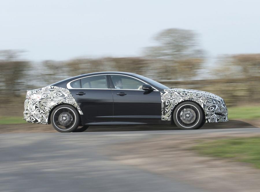 Zamaskowany Jaguar pędzi z nowym silnikiem