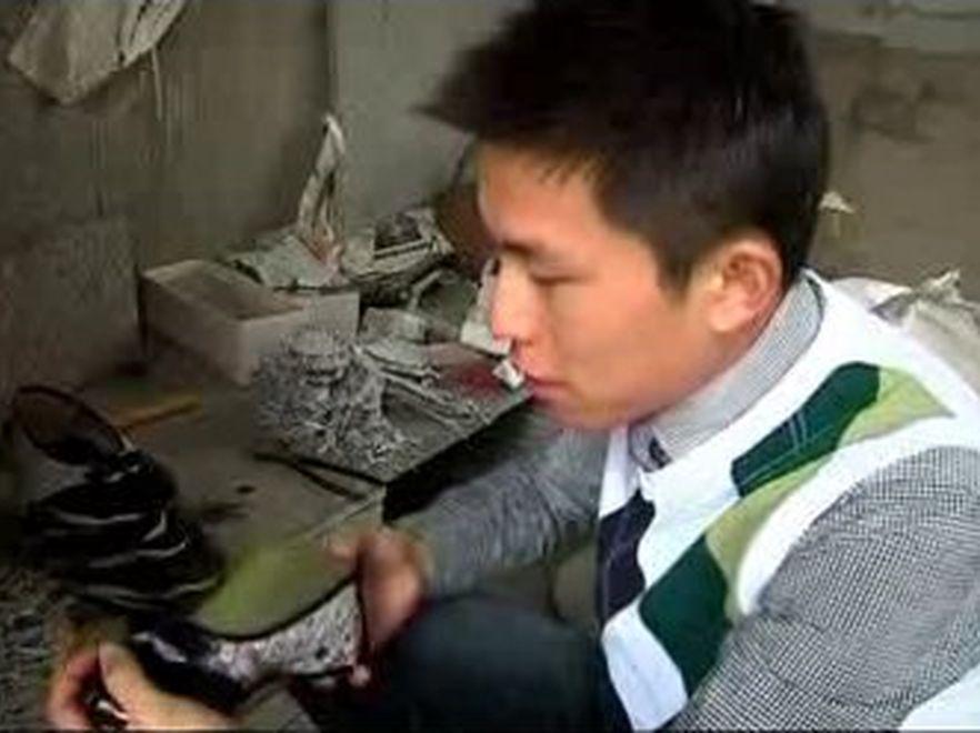 Chiński student Yang Guang produkuje buty ze starych gazet. Źródło: TVN24