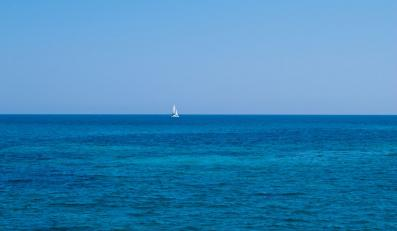 Jacht na pełnym morzu