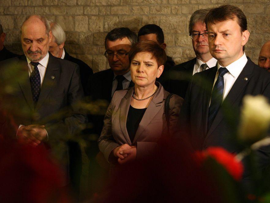 Antoni Macierewicz (pierwszy z lewej) opublikuje białą księgę