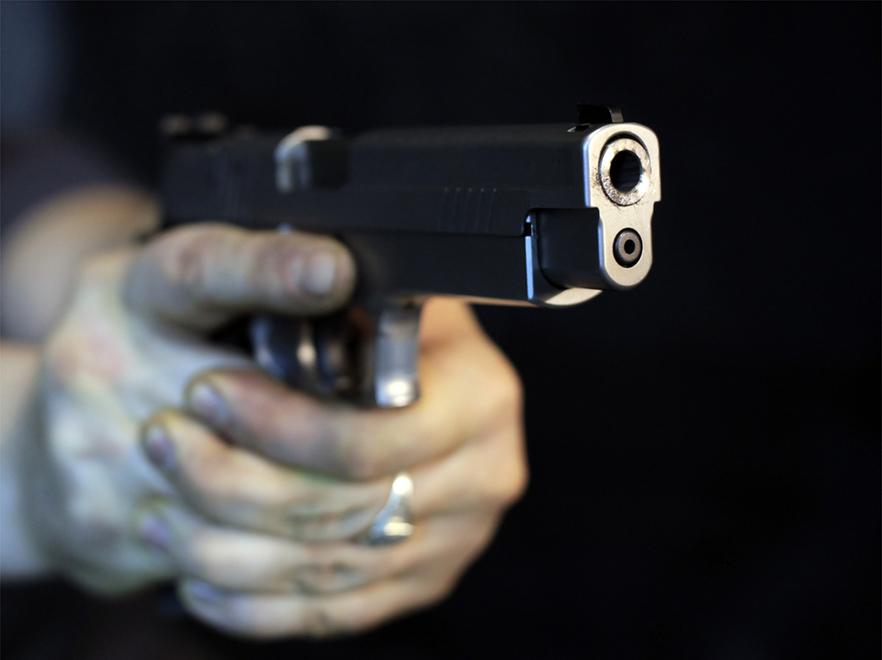 Mężczyzna z pistoleem
