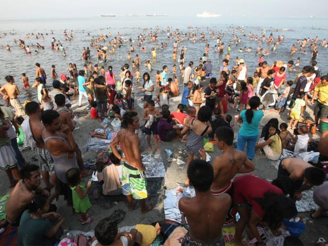 Tradycyjna wielkanocna kąpiel w zanieczyszczonej Manila Bay na Filipinach