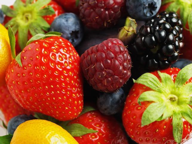 Borówki, truskawki, jagody acai są bogate w polifenole. Pomagają walczyć z nowotworami, a także przeciwdziałają dolegliwościom mózgu