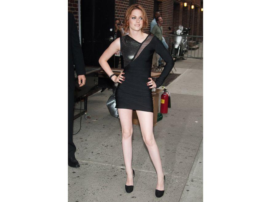 """Kristen Stewart. Młoda gwiazda """"Zmierzchu"""" jest znana z nonkonformizmu w zachowaniu, potrafi jednak ubrać się zgodnie z najważniejszymi trendami. Trzecia na liście najlepiej ubranych gwiazd"""