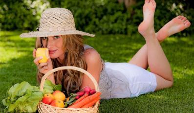 Kobieta z koszem owocówi warzyw