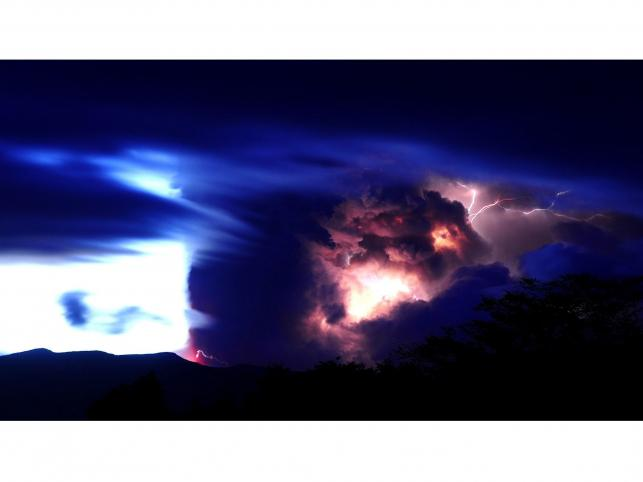 Wulkaniczna burza z piorunami po erupcji wulkanu Puyehue-Cordon Caulle w Chile