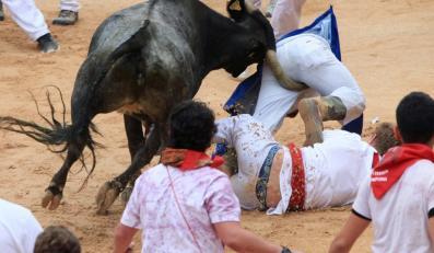 Nie wszyscy uczestnicy gonitwy zdołali uciec przed rogami byków