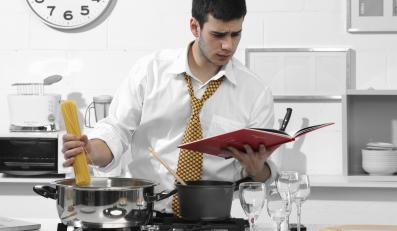 """Coraz więcej mężczyzn przejmuje obowiązki """"rodzinngo kucharza""""."""