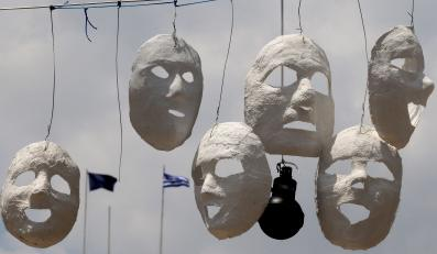 Maski i granaty z gazem łzawiącym na Placu Syntagma (Konstytucji) w Atenach upamętniają niedawne zamieszki