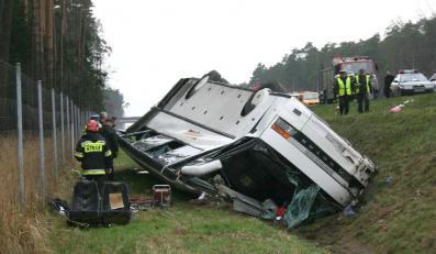 Wiozący 29 osób autokar zjechał z autostrady A4 i wpadł do rowu. Jedna osoba zginęła, 27 jest rannych