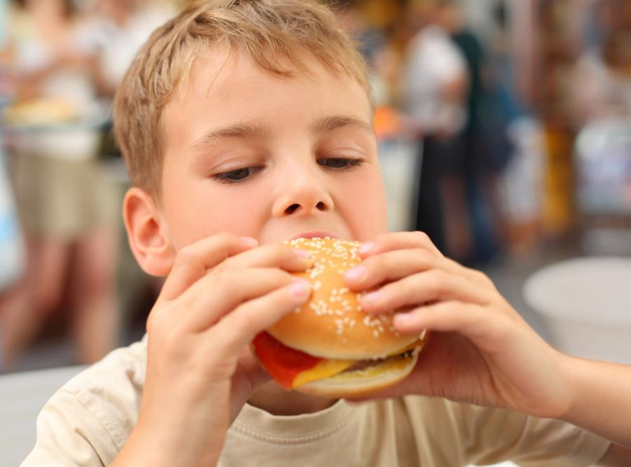 Dzieci częściej sięgają po niezdrowe przekąski, gdy wcześniej zobaczą je w reklamie