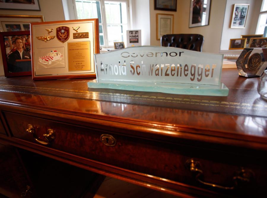 Replika biurka gubernatora Schwarzeneggera