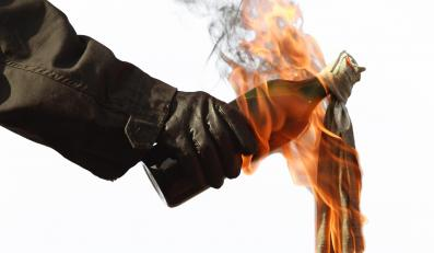 Koktajl Mołotowa. Mieszankę zapalającą KS rozlewano do butelek z ciemnego szkła – najczęściej po piwie