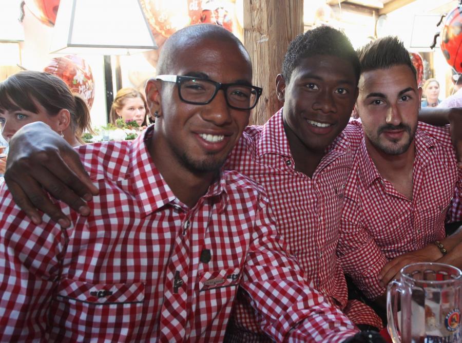 Piłkarze dryżyny piłkarskiej Bayern Monachium: Jerome Boateng, David Alaba and Diego Contento podczas Oktoberfest w Monachium