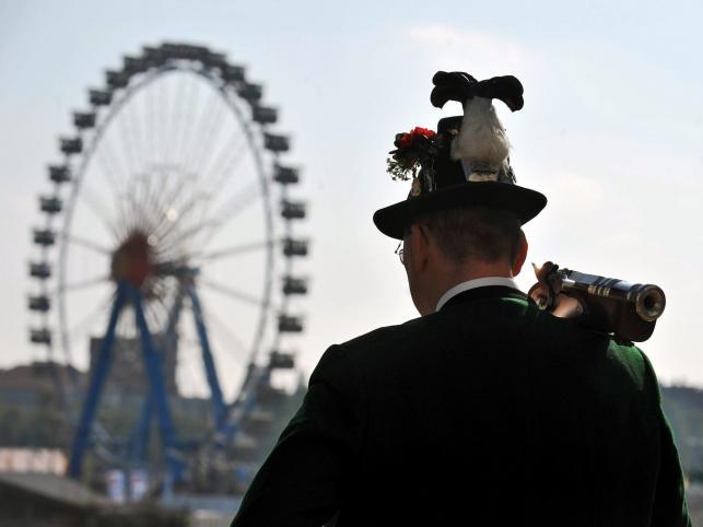 Mężczyzna w stroju ludowym po oddaniu salwy na zakończenie Oktoberfest