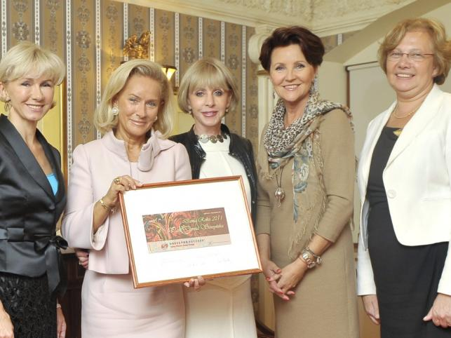 """Laureatka tytułu """"Dama Roku 2011"""" Dorota Soszyńska w towarzystwie przyjaciółek."""