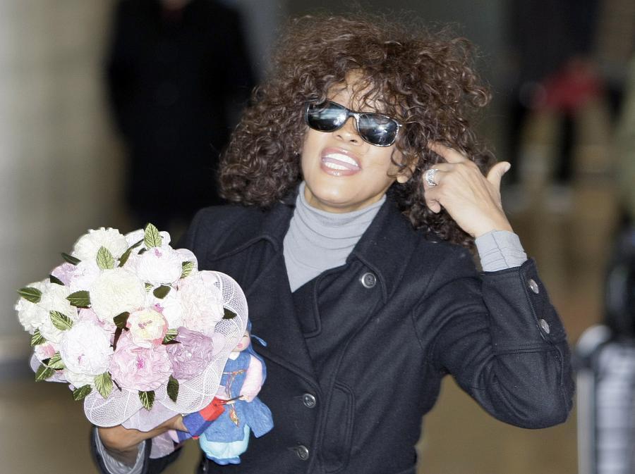 Córka Whitney Houston, Bobbi podobno brała udział w strzelaninie. Ma teżna koncie epizod z kokainą.