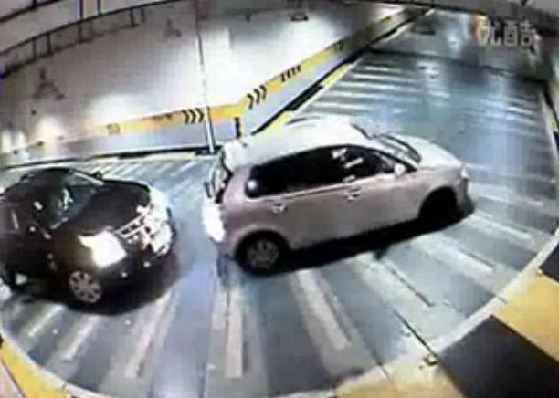 Zobacz kobiecy sposób na parkingowy kłopot. Będziesz w szoku