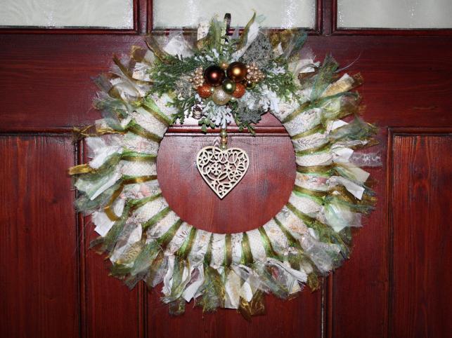 Złocony wianek wykonany ze szmatek, ozdobiony małymi bombkami i dekoracyjnym serduszkiem. Autorka: Marta Jarosińska-Mańka