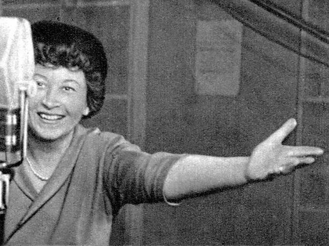 """Kochana przez wszystkich Irena Kwiatkowska, niezapomniana """"kobieta pracująca"""" oraz Hermenegilda Kociubińska; zmarła 3 marca 2011 w Kontancinie-Jeziornej"""
