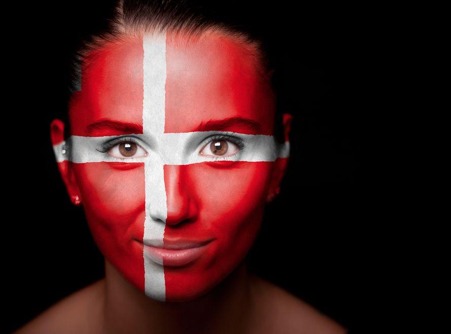 Kobieta z flagą Danii namalowaną na twarzy