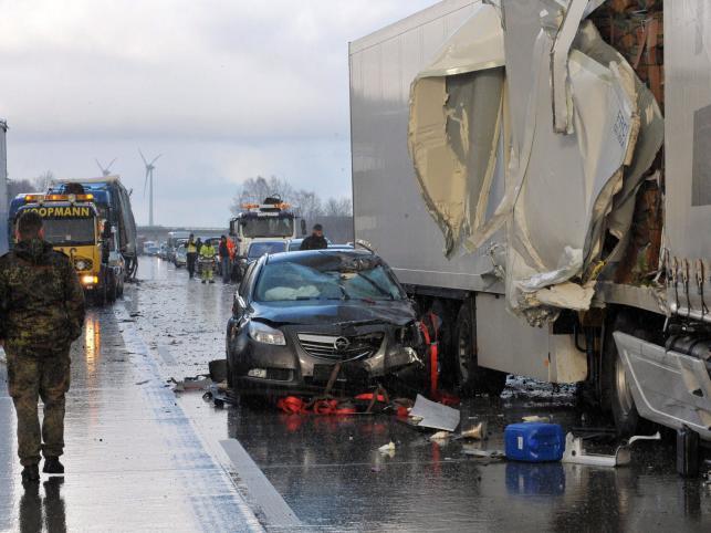 1 osoba zginęła, jest wielu rannych. Ratownicy mieli problemy z dotarciem do ofiar w rozbitych autach