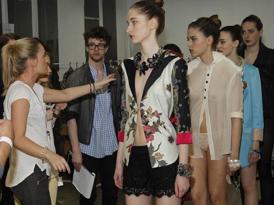 Kaja Śródka z modelkami przed pokazem kolekcji swojej marki The Frock
