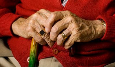 Emeryt z laskąw dłoniach