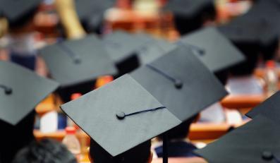 Absolwenci studiów - zdjęcie ilustracyjne