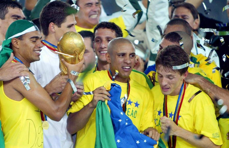 Roberto Carlos z drużyną Brazylii na mistrzostwach świata w Japonii i Korei Południowej w 2002 roku