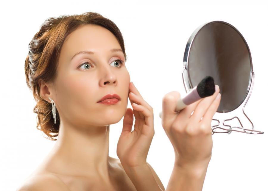 Kobieta oglądająca swoją twarz