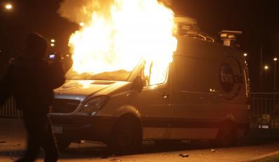 Wóz transmisyjny telewizji TVN24 płonie w czasie marszu niepodlegości w 2011 roku